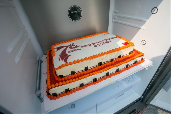 致敬时代鲜行者 美的冰箱X合肥南站公益快闪致敬70周年华诞