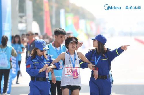 荆州国际马拉松鲜力开跑,美的冰箱化身城市守护者为两万跑者助力
