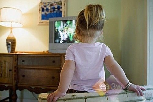 宝宝 电视 看电视/一项研究表明,父母不允许孩子做在电视机或电脑前时间过长的...