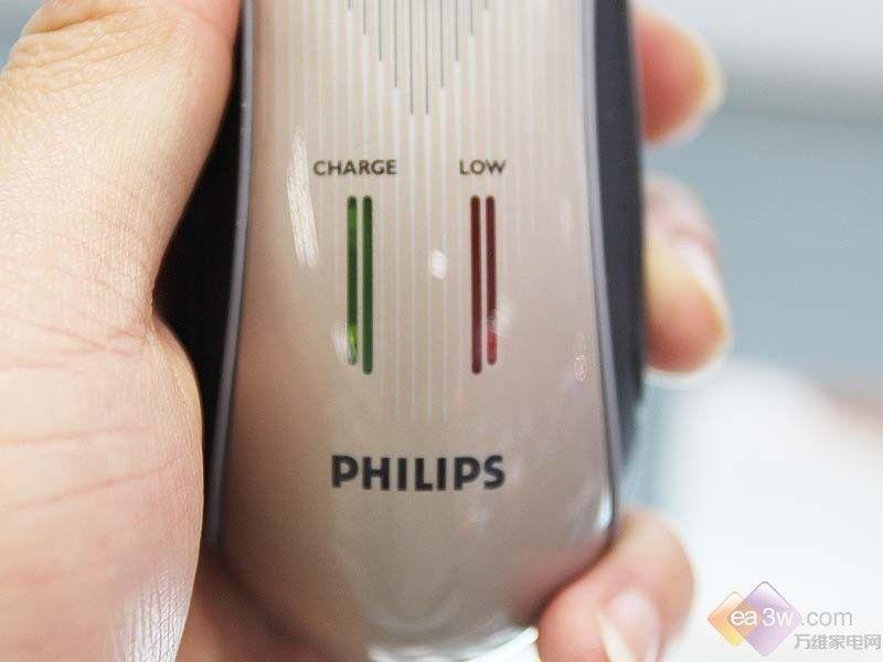 剃须刀HQ7360 产品亮点:与上一款同样是采用弹性贴面的三刀头设计,但是它的颜色更加的厚重,并且充电的液晶显示采用亮条的这种设计,更加的时尚和人性化,最大的特点是刀头采用超薄的设计,更加的贴合胡须根部,剃须的洁净度提高,把手处添加橡胶的设计,防滑易抓。 产品详情 飞利浦剃须刀HQ7360  飞利浦剃须刀HQ7360 飞利浦剃须刀HQ7360外观设计比较亮丽大气,采用浅褐色和黑搭配,显示贵族气质,把手设计合理,符合人体工学,而且添加橡胶,握感较好,防滑易抓,前部设计有开关按钮和充电指示灯,电量不足是红色提