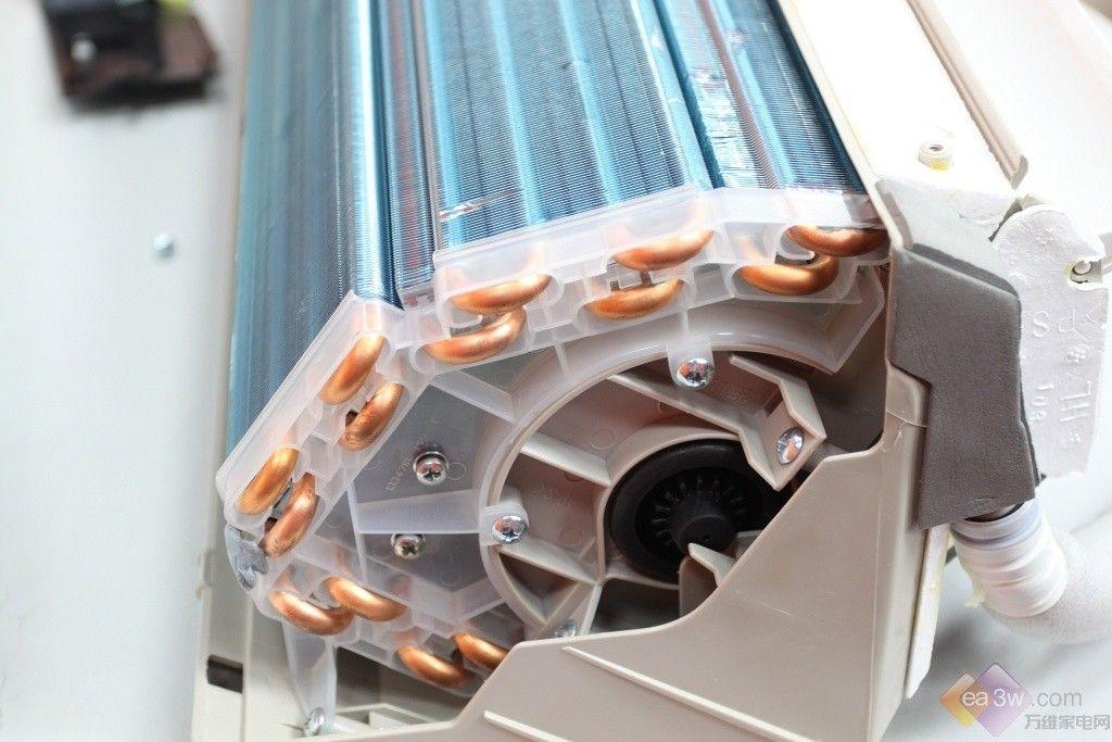 空调室内机构造 打开海信 KFR-35GW/08FZBPC空调面板后,我们首先会看见空调的内部滤网,铜片、右侧的电路板以及铜片下方的风轮(对室内进行送风所用)。 用户在定期使用后,或是换季期间可简单的拆卸下来清洗,这样就会保证在以后的使用中空调吹风健康。但是在这也提醒用户,在常年的使用后,空调内部,下面为大家展示的铜片也会积压灰尘,所以我们在必要时可请专门的厂家售后来进行全面的清洗,不同品牌的收费标准当然也不一样。 铜片 判断空调内部构造好坏的一个标准也就是铜片的排列整齐度,如果有过多的倒伏情况出现,那会