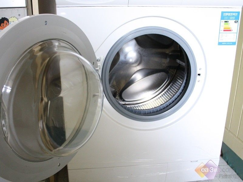此次洗衣机评测中的量化测试包括:洗净度对比、噪音测试、耗电量测试三项,在评测过程中,按照专业评测机器性能的标准来评测产品,力求从标准上靠近专业,从是使用上回归生活,尽量模拟日常生活中最常见的洗涤情况,来测定洗衣机的性能。 一、洗净度对比 1.概述: 分别将定量的日常生活中最常见污染物涂抹到白色t恤上,带污染物完全干透、渗入衣物后,将其放入洗衣机,利用最常规的标准洗涤程序来进行洗涤。 2.