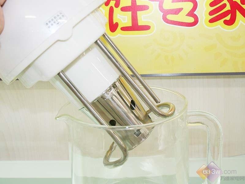 夏季的时候,豆浆等一些果汁类的饮品是不容易存放的,即使有冰箱,所以最好鲜榨,并且及时的饮用,目前市场上的豆浆机机的功能越来越多,并不局限于单一的制作豆浆,米糊或者玉米汁等都可以制作,并且外观又比较亮丽,今天小编就给大家介绍一款九阳豆浆机JYDZ-R10G01。  九阳豆浆机JYDZ-R10G01 九阳豆浆机JYDZ-R10G01采用优雅的罗马式造型,造型独特优美,线条流畅,珍珠白色的机头设计,比较亮丽,透明的机身设计,制作过程可一目了然,机身上有明显的水位线标识,加水方便,把手设计合理,透明的设计,与机身
