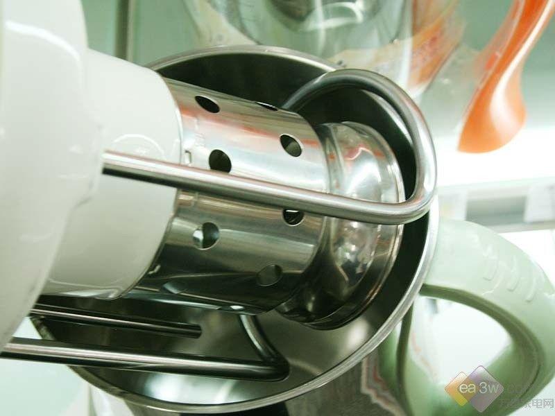JYDZ-17A。  九阳豆浆机JYDZ-17A外观设计比较个性,采用花生的外观,比较可爱,不锈钢的晶亮的杯体,不但结实耐用,而且擦拭也比较方便,弧形的把手设计也比较合理,握感较好,防滑易抓,明提手的设计,便于操作,机体外部有明显的水位线标识,加水方便。    水位线标识 四刀头设计 九阳豆浆机JYDZ-17A采用拉法尔的技术设计,文火熬煮豆浆,可将豆浆的营养充分的释出,六大智能的安全保护,操作更放心,内部无网的设计,清洁方便,精准的温控,可实现不糊管,可制作:全豆豆浆、五谷豆浆和绿豆豆浆,四刀头的设计