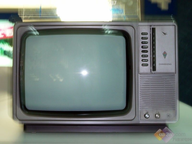 岁月已经散去,然而童年时的场景依然留在我们的脑海中,这些芳存依旧的照片和孩提时的记忆依依似与人语,它记录风雨,返照一瞬    一,电视机?这个问题已经不属于我的年代了。我能回忆起的年代是在80年代到90年代初期,那时候家庭三大件成为那个年代中国家庭现代化的代名词。特别是电视机,已经成为了一个富裕家庭的象征。那时候任何品牌的电视机都非常紧缺,人们要想买一台电视谈何容易。要拿着票排很长很长的队伍才能买到象神一样,让人定礼膜拜的电视机。而当时红极一时的电视机要说是安徽的黄山和沙巴。可他们也只不