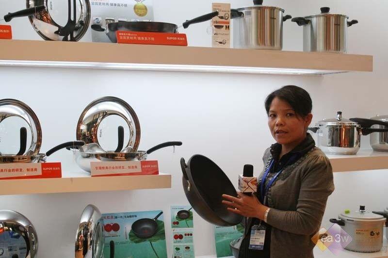 2010年9月28日至30日,中国国际橱柜、厨房卫浴产品与技术博览会(CIKB)正在上海举办。CIKB2010汇聚了行业80%以上的主流品牌。在本次展会上,苏泊尔带来了新一代无油烟炒锅,下面我们来看一下专业人员的讲解: 选购炊具,首先看品牌,尽量选择知名炊具品牌,产品质量更有保证。其次看锅体厚度,以5mm为佳,过薄容易受热不均匀,从而影响无油烟效果,过厚则锅体太重,影响操作。而最重要的一点,是看其能否直观的指示油温,避免温度过高产生油烟。  目前,市场上的无油烟炒锅仍多通过材质、外形设计等外在因素来减少油