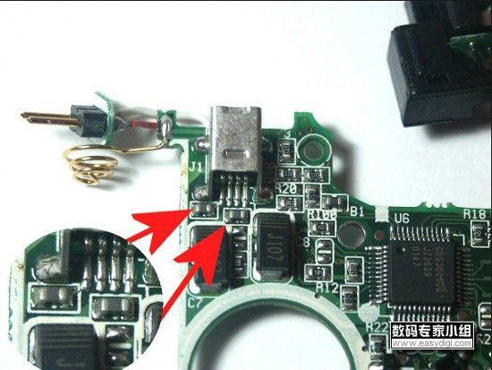 图中被放大部分的两个深色的就元件就是电感,维修时可用万用表测量一下它们的电阻值,一般会在10以下,如果过大或是电阻无穷大,则把它们换掉后即可解决问题。当然在业余维修下,可以直接将它们短路使用。 总结:出现USB接入计算机无任何反应时,首先应当检查USB接口附近的两个限流(虽然它有滤波作用,但更多是起限流保护)的电感(电阻),如果开路的话,直接换掉即可,业余维修可以直接短路。然后再查并联在USB接口上的电容是否短路,如果短路后可找同容量或是容量差不多的换上,业余维修可以弃之不用。