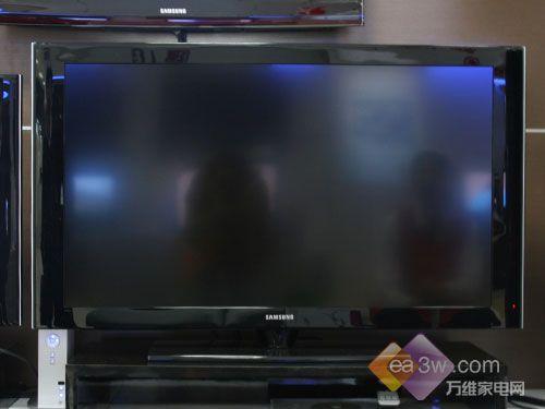 三星5系列液晶电视采用了最常见的亮黑色外观,配合窄边框设计加上
