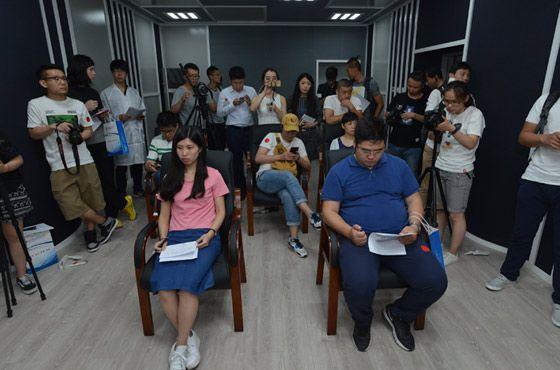 最强大脑崔莉莉与其他参观者参与主观评测打分