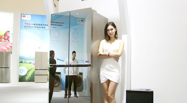 模特展示TCL一体变频十字四门风冷冰箱