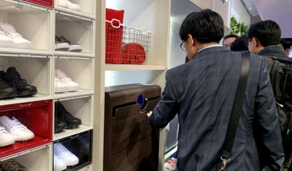 海尔衣联网CES发布全球首创的智能洗鞋机